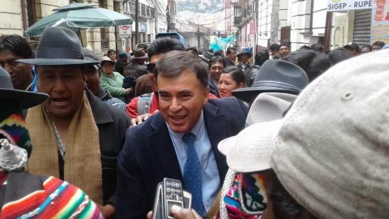 "Juan Ramón Quintana reaparece, se muestra ""popular"" e invita cerveza en la Plaza Murillo"