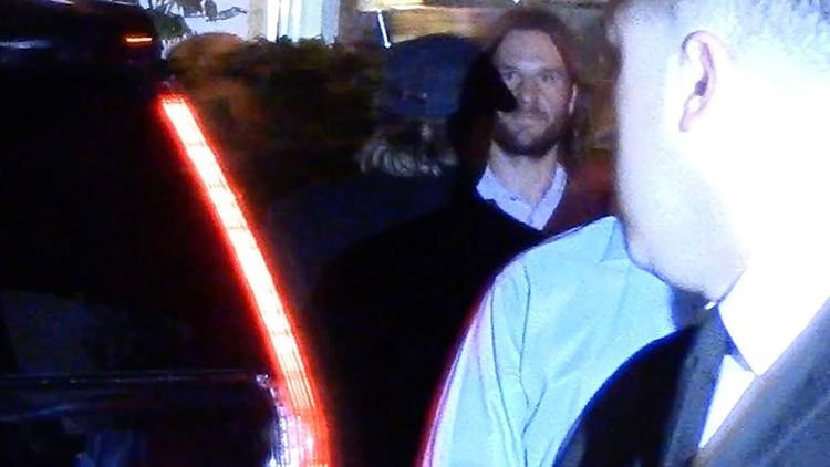 Brad Pitt, de espaldas, llegó al cumpleaños con una gorra y ropa informal