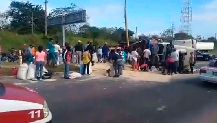 Las autoridades no pudieron evitar que la gente se llevara el insumo (Foto: Especial)