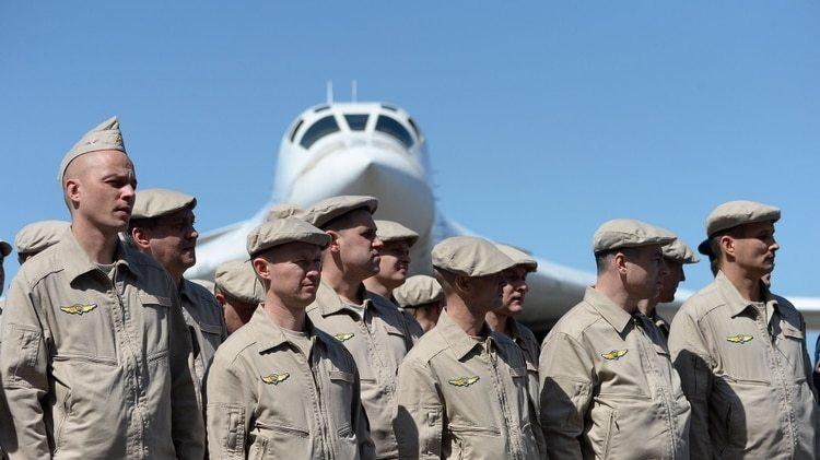 La tripulación de un bombardero nuclear ruso TU-160, recién arribado en Caracas durante una visita en 2018 (AFP)