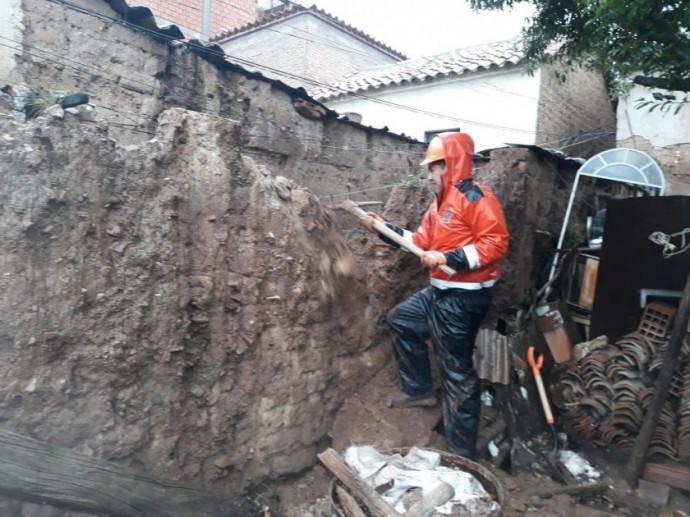 El personal de Riesgos demuele el muro de una vivienda colapsada en Sucre. FOTO: Gentileza Riesgos