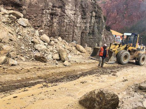 Maquinaria trabaja en la ruta a Mallasa. Foto: GAMLP