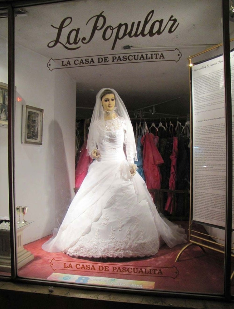 """""""La Pascualita ve pasar los días desde una tienda de accesorios de novia (Foto: Archivo)"""