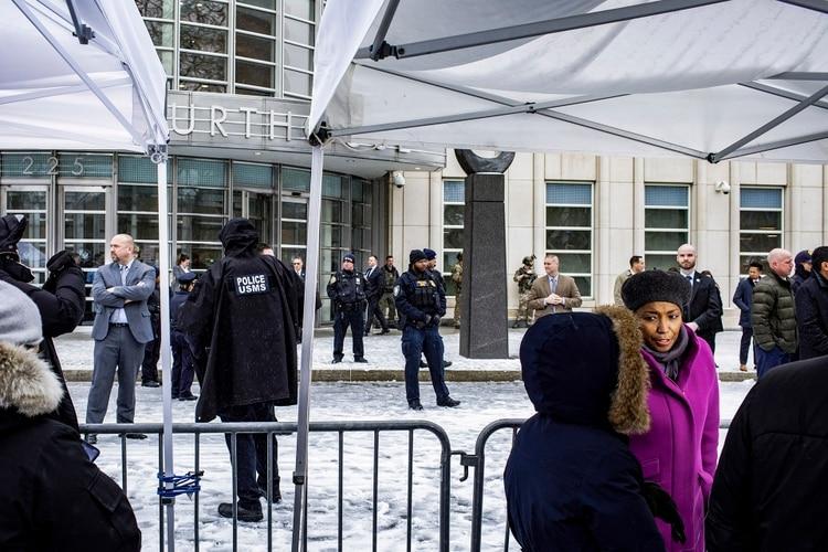 """Escena frente al tribunal federal en Brooklyn donde fue condenado """"El Chapo"""" Guzmán (Stephen Speranza/The New York Times)"""