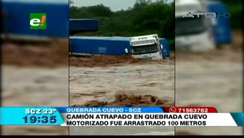 Camión de alto tonelaje es arrastrado por la riada en la quebrada Cuevo en Santa Cruz