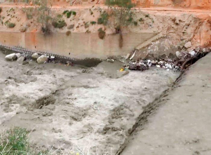 Escombros en el río solo afecta la afluencia.