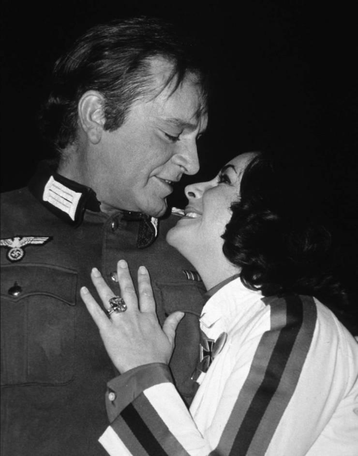 Richard Burton y Elizabeth Taylor, con su famoso anillo, en 1978.