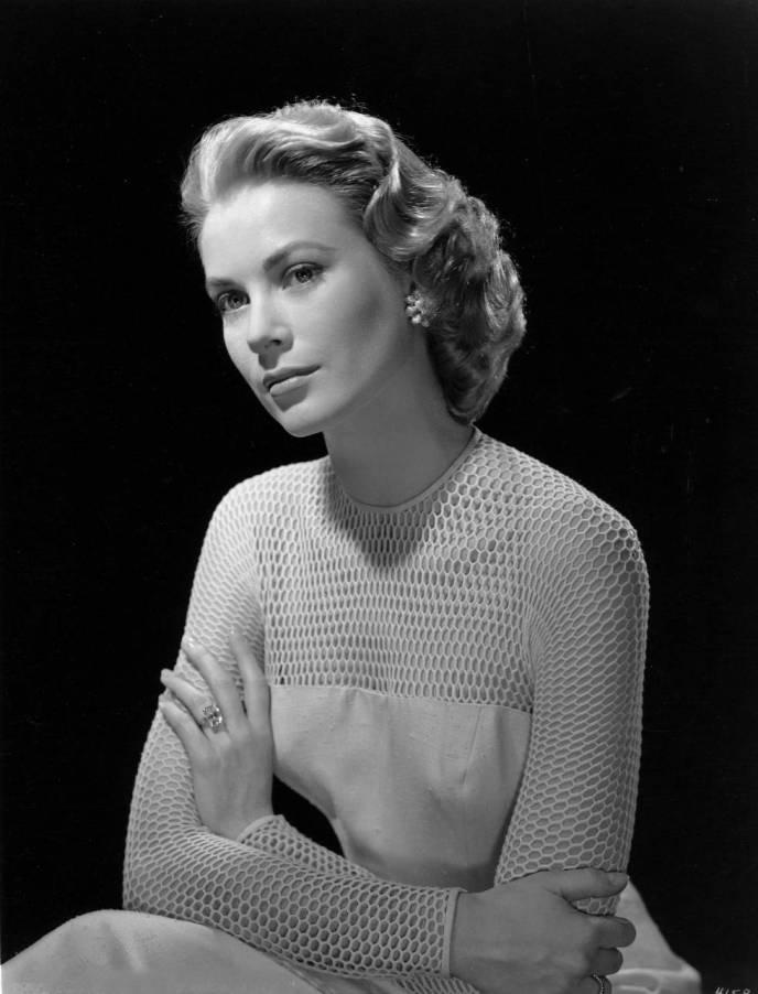 Grace Kelly, con su anillo de compromiso, en una foto de mediados de los años cincuenta.