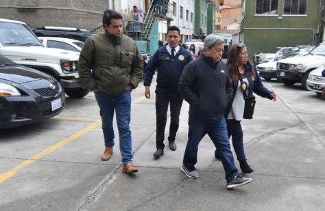 Los dos aprehendidos llegan a la FELCC de La Paz. Foto: APG