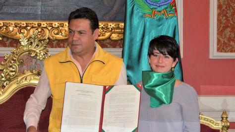 El alcalde Luis Revilla junto a la concejal Cecilia Chacón durante el acto de promulgación.