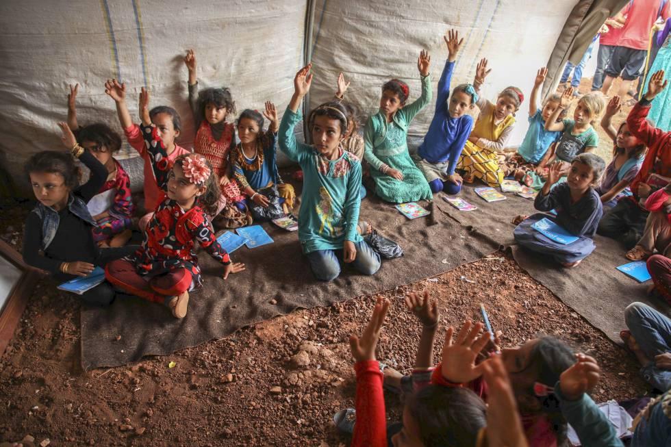 Una clase para niñas desplazadas en el campo de Junaina, en Idlib (Siria).