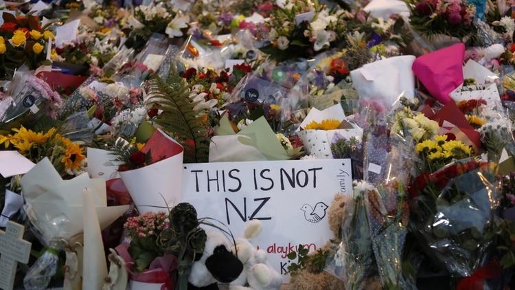 Los familiares colocaron flores y presentaron sus respetos en un monumento improvisado cerca de la mezquita Masjid Al Noor en Christchurch (Foto: AP)