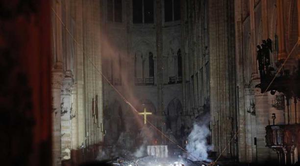 La cruz en el altar de la catedral de Notre Dame no resultó afectada, tras el voraz incendio que consumió el techo de la edificación, este 15 de abril del 2019. Foto: AFP