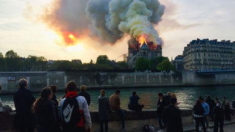 Vista de la catedral Notre-Dame durante el incendio.