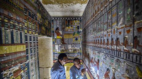 Especialistas inspeccionan la tumba del antiguo noble egipcio Khewi en la necrópolis de Saqqara, 13 de abril de 2019.