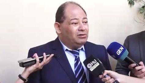 El ministro Carlos Romero atiende a la prensa paraguaya