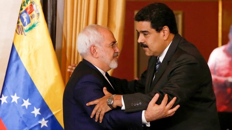 El dictador venezolano Nicolás Maduro y el ministro de Relaciones Exteriores iraní Mohamad Yavad Zarif se abrazan en una reunión en Caracas, en agosto de 2016 (Reuters)