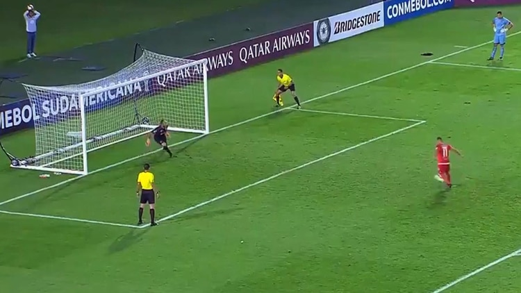 Despidieron al futbolista que había quedado en ridículo por picar y fallar un penal en la Copa Sudamericana