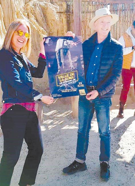 Encuentros. Daniels y Savage muestran el afiche del paseo temático en el Valle de la Luna.
