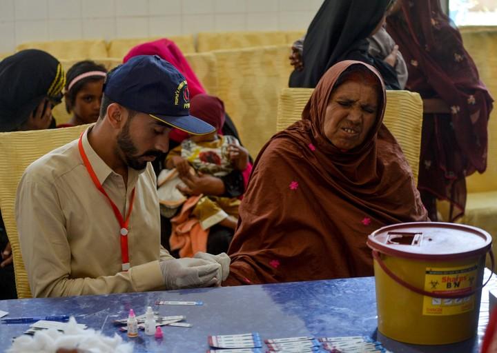 Unamujer se somete al test en el hospital de Rato Dero (AFP).
