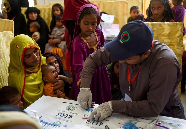 """""""¿Quién va a jugar con ella? Y cuando sea grande ¿quién querrá casarse con ella?"""", dice llorando la madre de una niña de cuatro años que dio positivo al VIH (AFP)."""