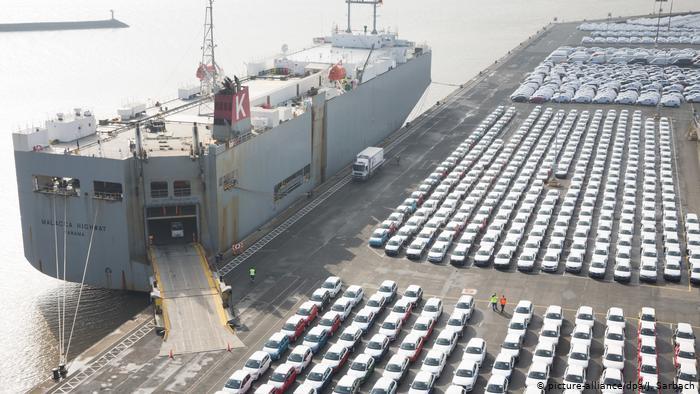 Emden - Audi Fahrzeuge im Hafen von Emden (picture-alliance/dpa/J. Sarbach)