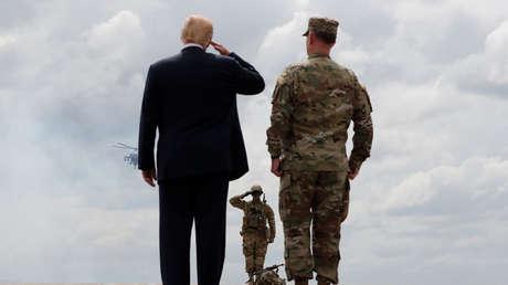 Donald Trump contempla una demostración militar en Nueva York (EE.UU.), 2018.