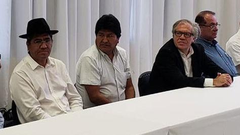El presidente Evo Morales junto al secretario general de la OEA, Luis Almagro, y al canciller Diego Pary.