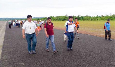 """Dirigentes del trópico inspeccionan la pista de aterrizaje del aeropuerto """"Soberanía""""."""