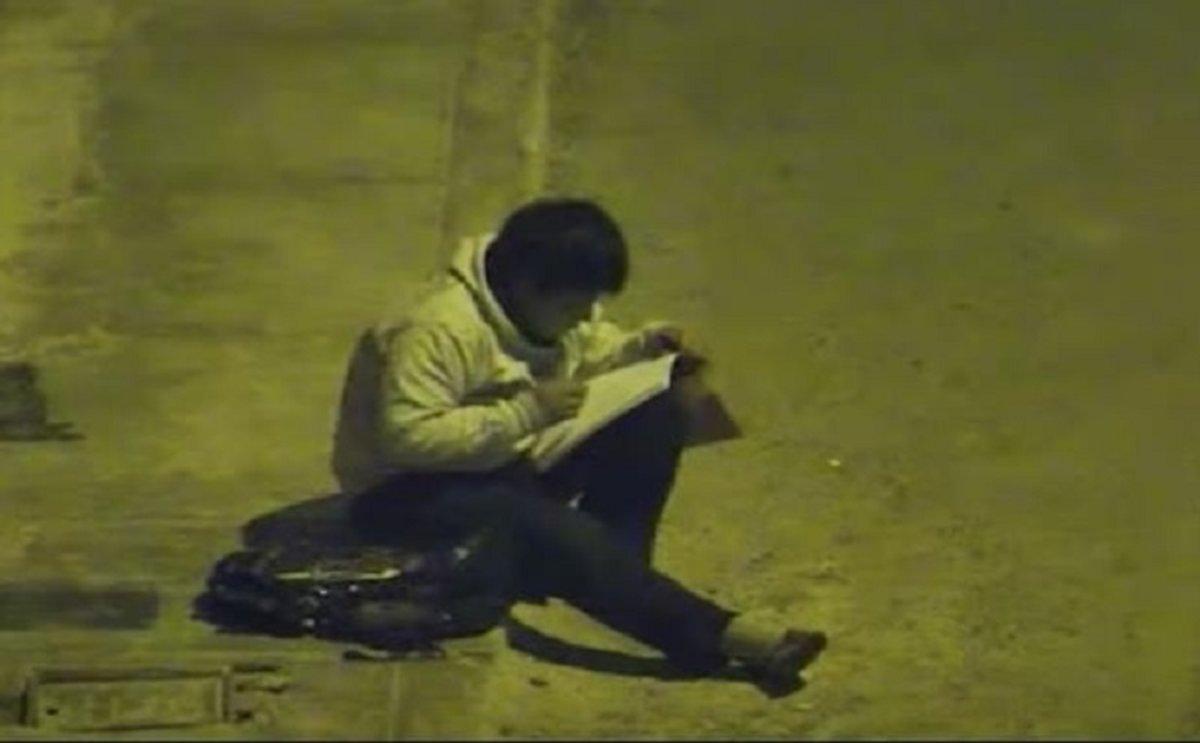 Víctor fue visto haciendo su tarea en la calle, bajo la luz de un poste de alumbrado público en su natal Trujillo, al norte de Perú.