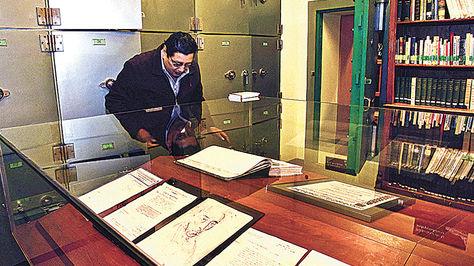 El director de la Biblioteca de la Asamblea Legislativa, Luis Oporto, junto con los textos.