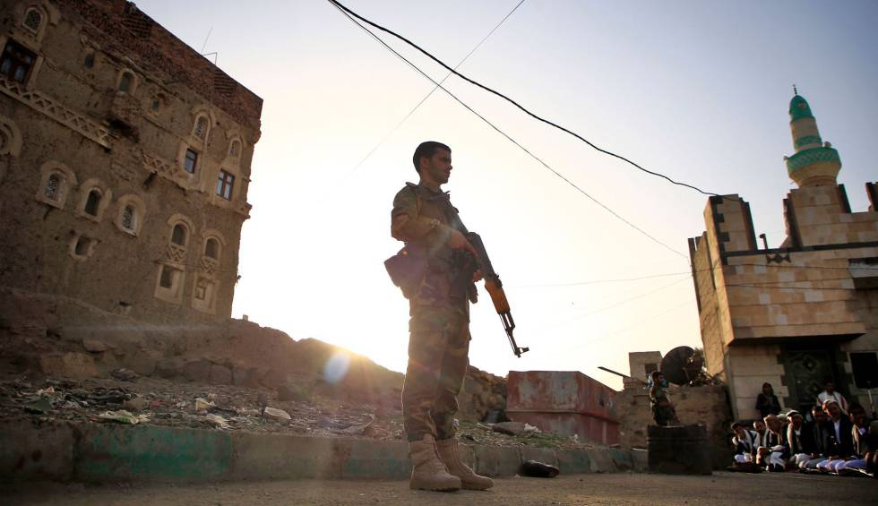 Un uniformado leal a los rebeldes Huthi, en Saná, capital de Yemen, el pasado 5 de junio.