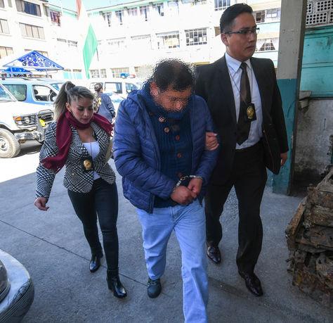 Pablo Eddy S. G. extécnico de la UELICN es trasladado a la celdas policiales. Foto: APG
