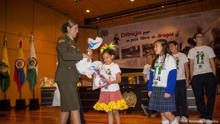 Mujer policía en Colombia promueve campaña de prevención del consumo de drogas e inclusión de niñas, niños y jóvenes.