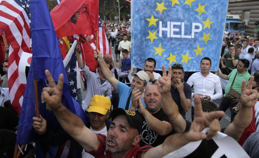 Manifestantes piden la dimisión de Edi Rama, este sábado en Tirana.