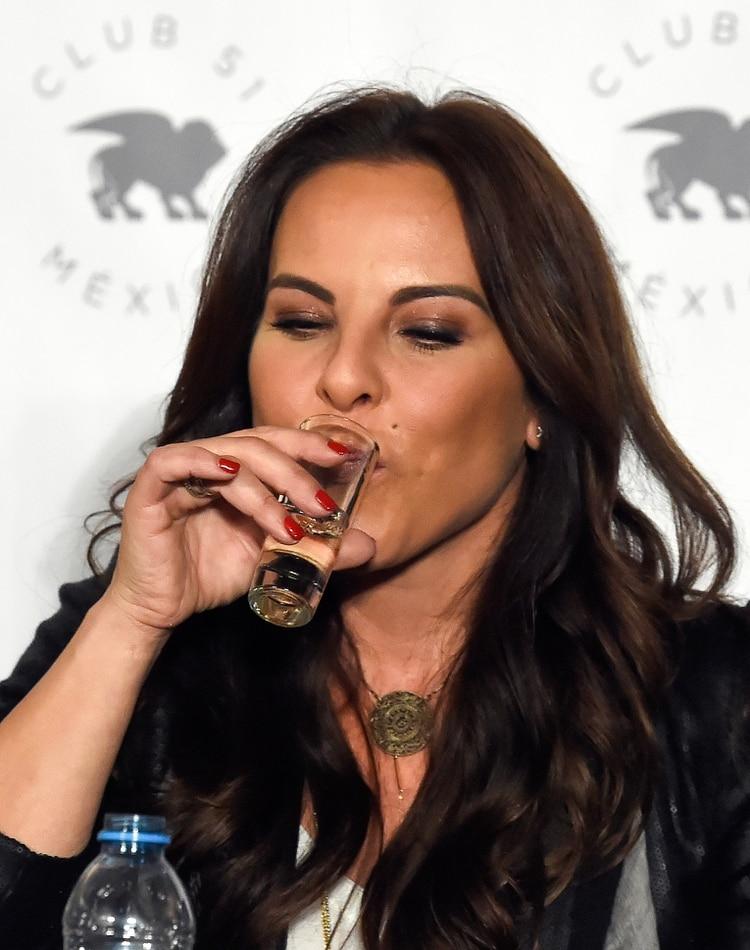 La actriz aprovechó la conferencia para promocionar su marca de Tequila Honor(Crédito: ALFREDO ESTRELLA / AFP)