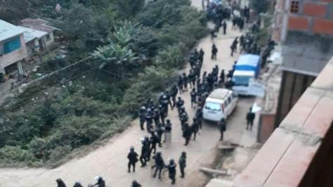 Efectivos de la Policía a su llegada a la comunidad Trinidad Pampa, Yungas de La Paz.