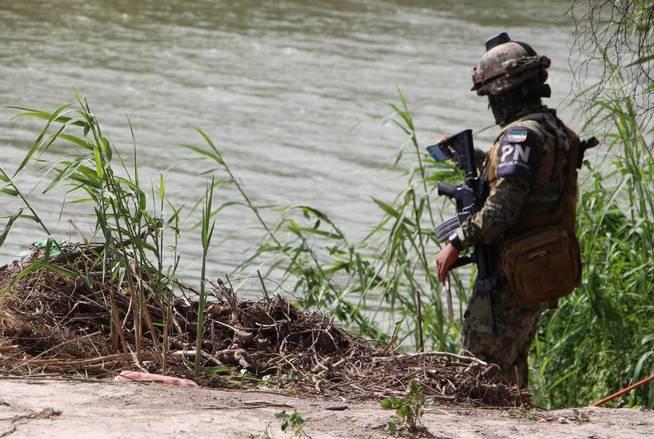 Un miembro de la Policía mexicana patrulla la zona donde fueron hallados los cuerpos sin vida. (EFE)