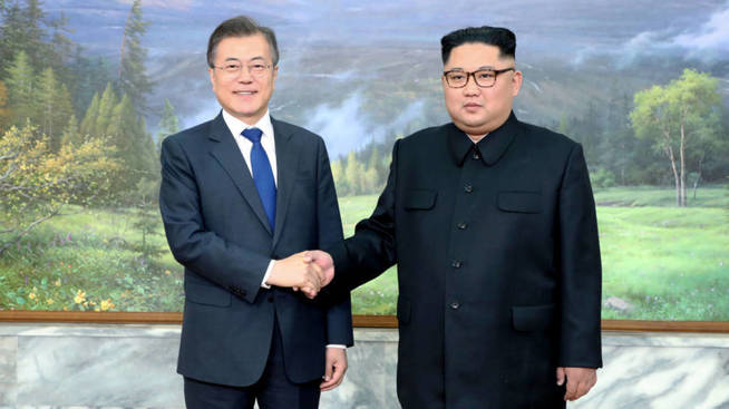 Moon Jae-in y Kim Jong Un, durante su primer encuentro en Panmunjom. (Reuters)
