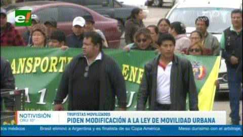 Choferes marcharon exigiendo se modifique la reglamentación de la ley de Movilidad Urbana