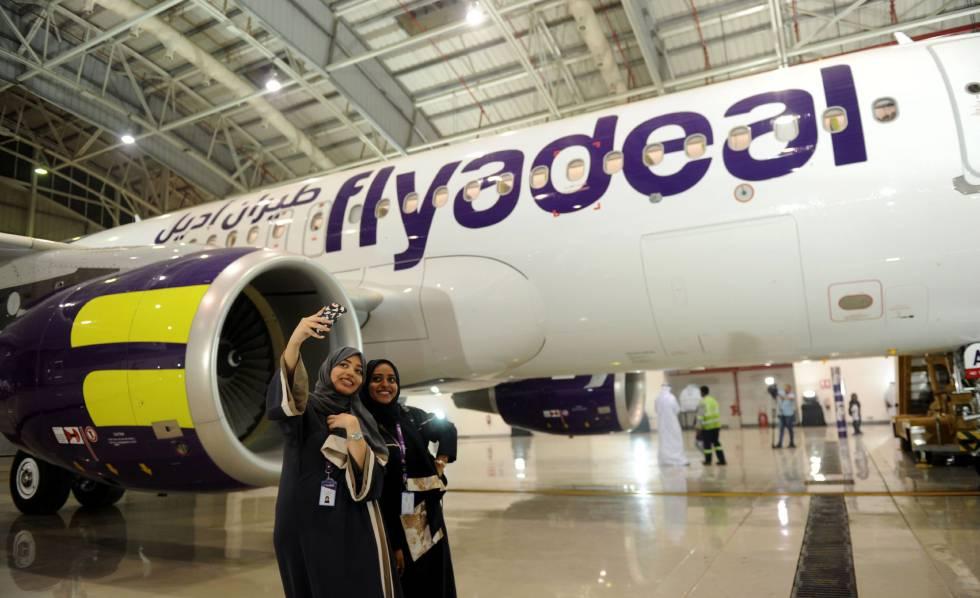 Empleadas de Flydeal toman un selfie en la inauguración del aeropuerto King Abdulaziz, en Jeddah.