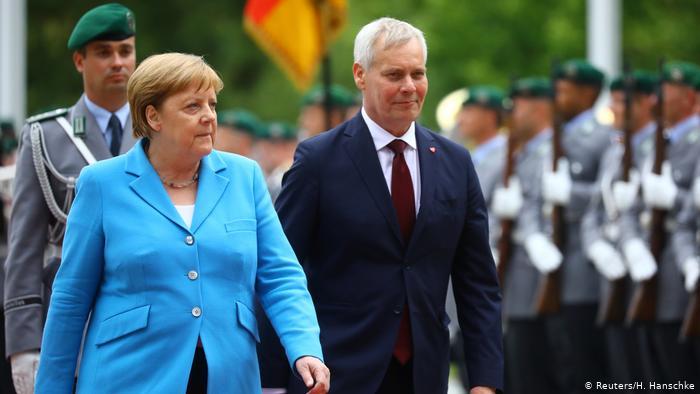 Merkel volvió a sufrir temblores, durante la recepción con honores militares del primer ministro finlandés, Antti Rinne. (Reuters/H. Hanschke)