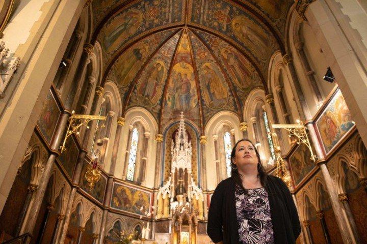 Actualidad. Todavía conserva su ropa de sacerdote y sigue practicando la religión católitca. (Foto: Cecilia Colussi / Barcroft Media)