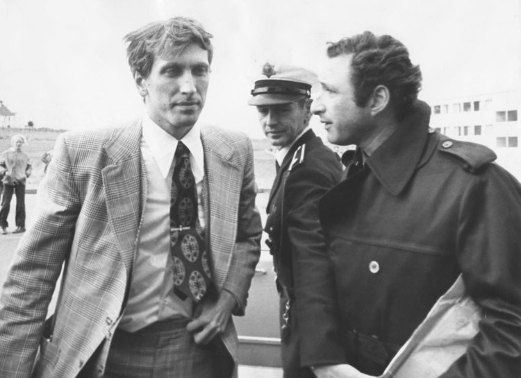 Fischer en Islandia junto al periodista argentino Ernesto Cherquis Bialo, enviado a cubrir el campeonato mundial de ajedrez por la revista El Gráfico.
