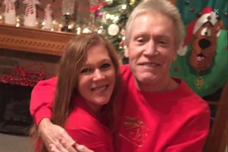 Cheryl Bennett Wiygul relató el proceso que en 48 horas le arrebató la vida a su padre, quien enfrentaba un duro tratamiento contra el cáncer que lo aquejó durante los últimos meses de su vida. (Foto: Facebook)