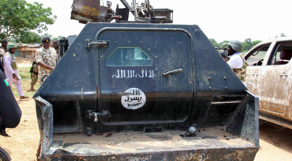 Militares nigerianos inspeccionan un vehículo militar incautado al grupo yihadista Boko Haram, el 3 de julio en el Estado de Yobe, en Nigeria.