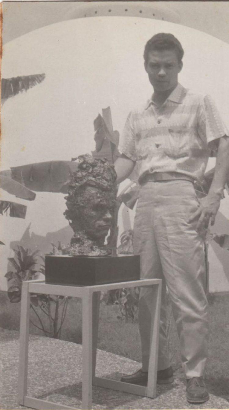 Esculpiendo un busto en Cartagena en 1956