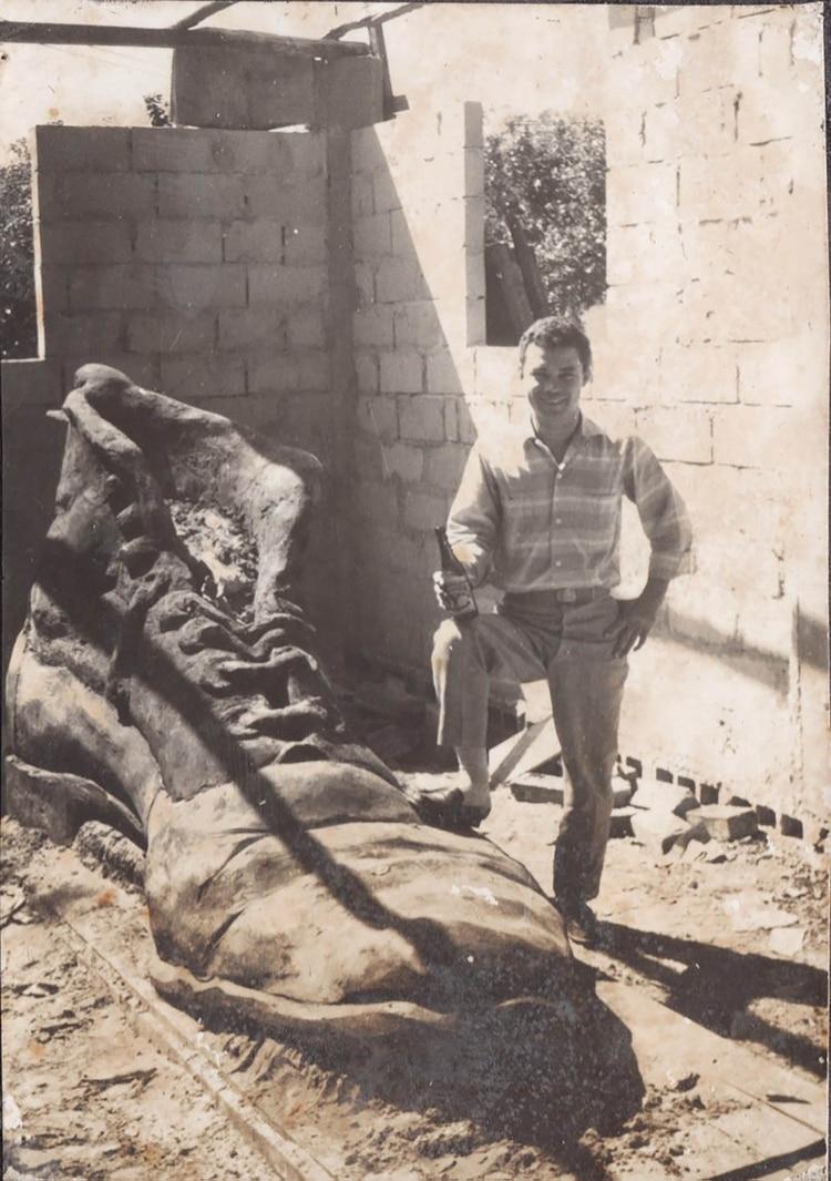 Tito en su taller de Cartagena junto a uno de los Zapatos Viejos.