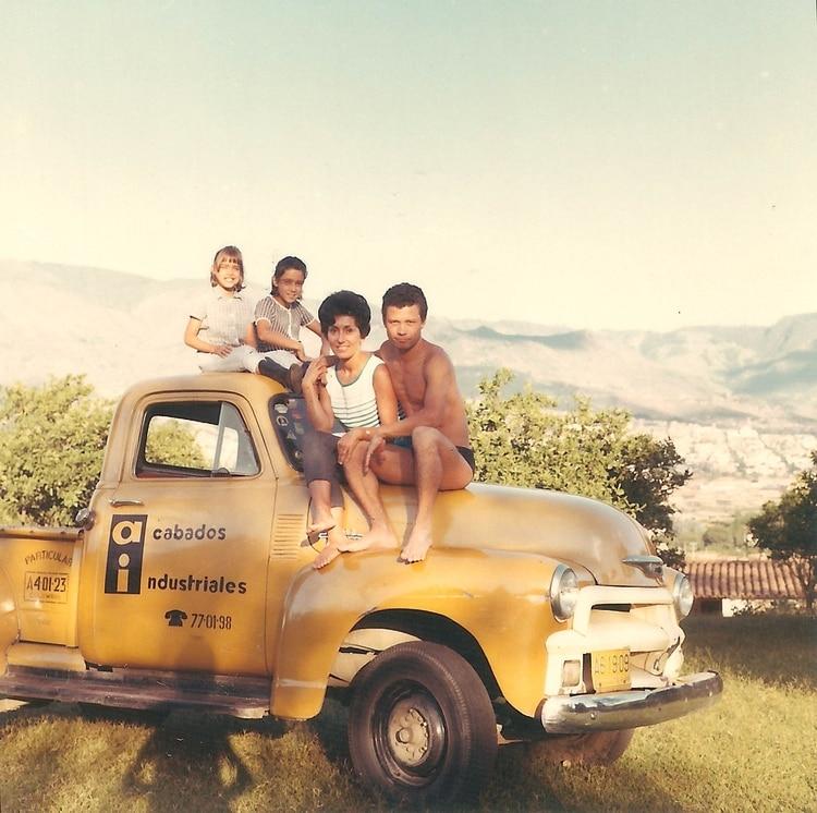 Lombana con su familia, su esposa Laura y sus hijas Bárbara y Mónica.