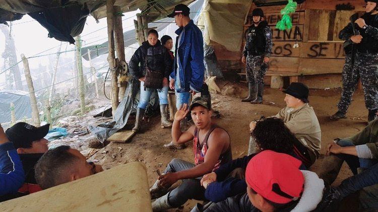 Mineros ilegales detenidos durante el operativo en La Joroba